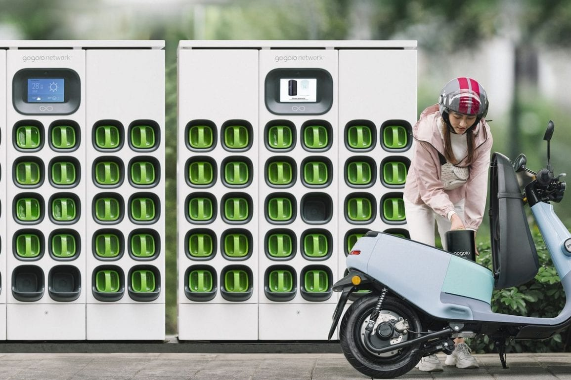 An image of someone using Gogoro's battery swapping network